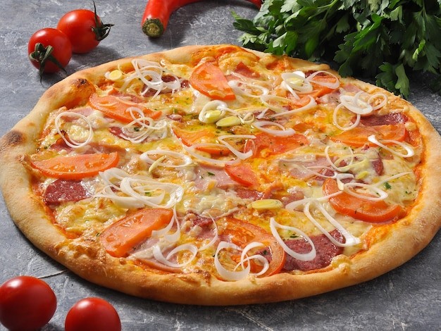 Pizza saborosa com carne, bacon, linguiça, tomate e queijo
