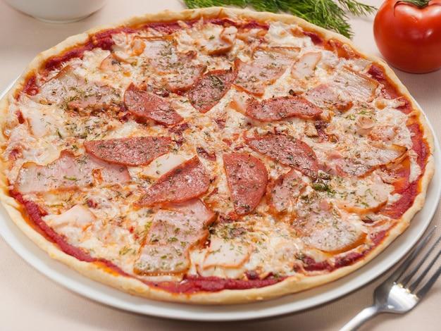 Pizza saborosa com carnes defumadas com bacon e linguiça
