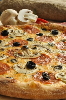 Pizza saborosa com cogumelos calabresa e azeitonas