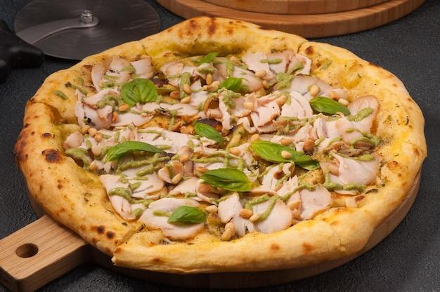 Pizza saborosa com pesto de peru e pinhão