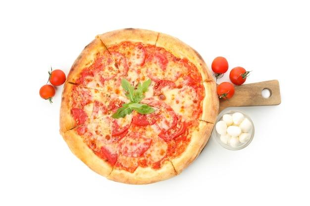 Pizza saborosa e ingredientes isolados no branco