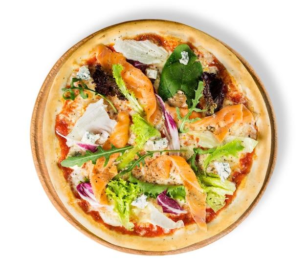 Pizza saborosa em placa de madeira isolada no fundo branco