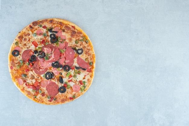 Pizza saborosa exibida no fundo. foto de alta qualidade