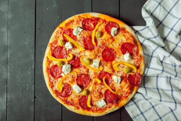 Pizza saborosa fresca em madeira