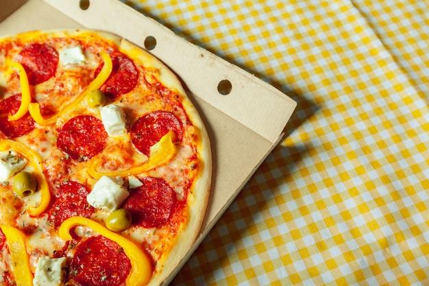 Pizza saborosa fresca na madeira