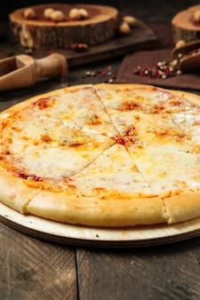 Pizza saborosa na mesa de madeira decorada