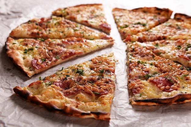 Pizza saborosa no papel de perto