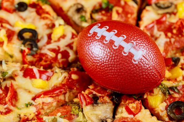 Pizza suprema com bola de futebol para festa do futebol americano