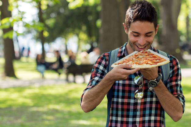 Pizza time.student tendo almoço pausa.