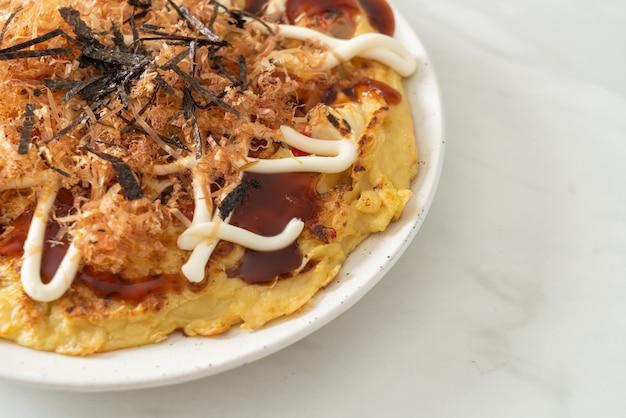 Pizza tradicional japonesa que se chama okonomiyaki - estilo de comida japonesa
