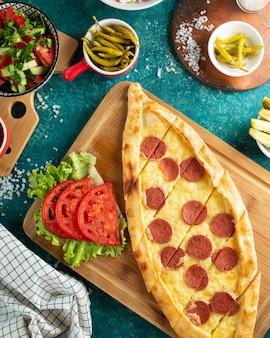 Pizza tradicional turca com salsicha