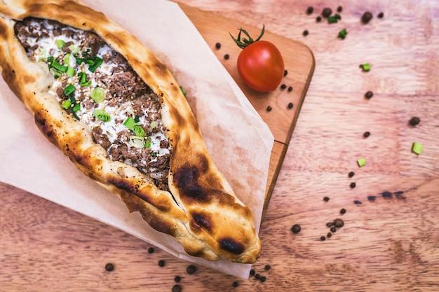 Pizza turca com carne moída
