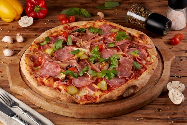 Pizza, variante da clássica pizza italiana, fundo de madeira