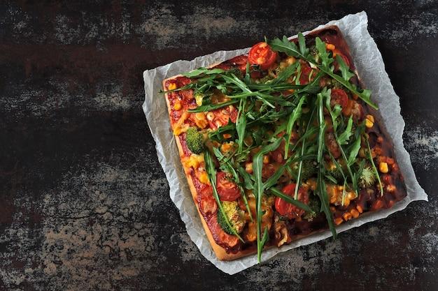 Pizza vegana com legumes e molho. fast-food saudável. pizza keto. pizza quadrada.