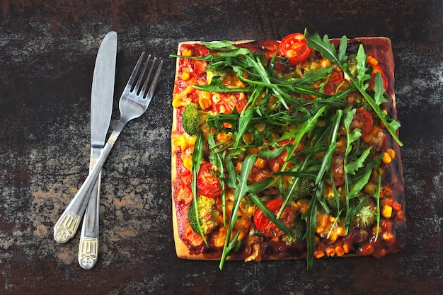 Pizza vegana com legumes e molho.
