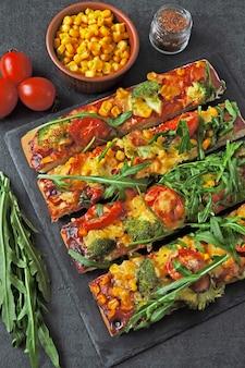 Pizza vegana quadrada com rúcula.