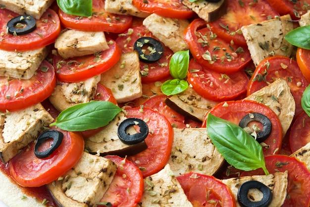 Pizza vegetariana com berinjela, tomate, azeitonas pretas, orégano e manjericão
