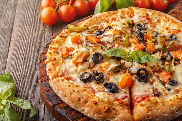 Pizza vegetariana com queijo mussarela, tomate, champignon.