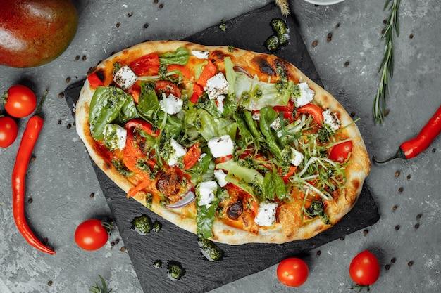 Pizza vegetariana com tomate queijo e verduras