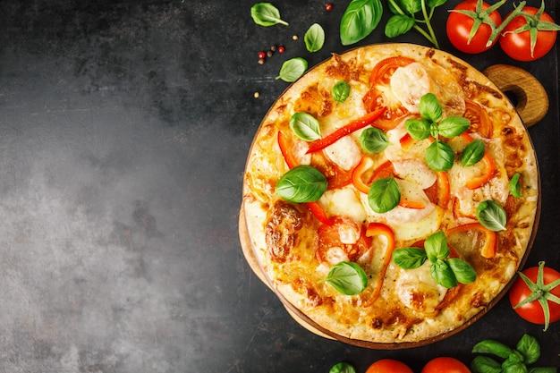 Pizza vegetariana saborosa em fundo escuro