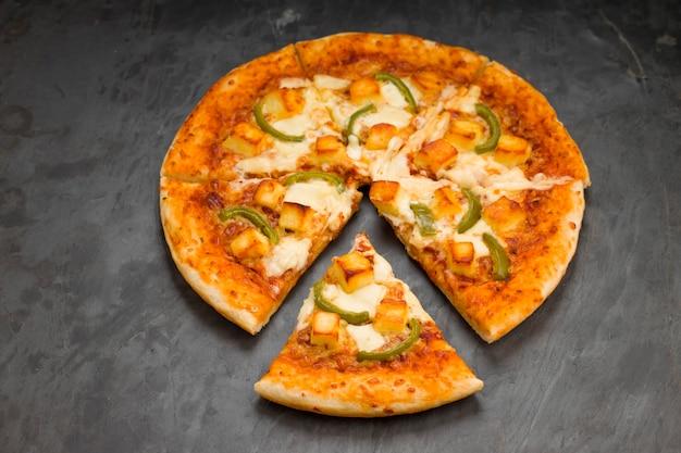 Pizzapaneer makhani feita em casa deliciosa pizza