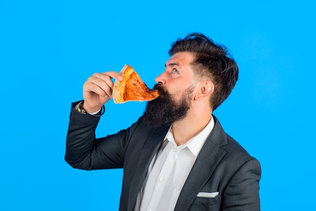 Pizzaria barbudo come fatia de pizza fastfood homem barbudo comendo pizza homem come fatia de pizza fresca
