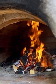 Pizzas assando em forno a lenha