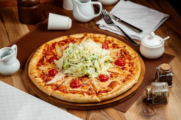 Pizzas de ceasar com frango grelhado com parmesão e treliça de queijo