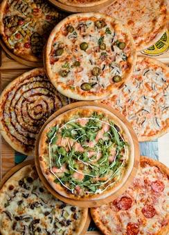 Pizzas em cima da mesa, vista superior