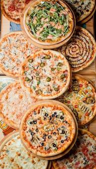 Pizzas em cima da mesa