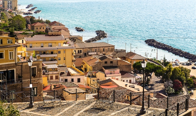 Pizzo calabro, é um porto e comuna italiana na província de vibo valentia (calábria, sul da itália), situado em um penhasco íngreme com vista para o golfo de santa eufemia.