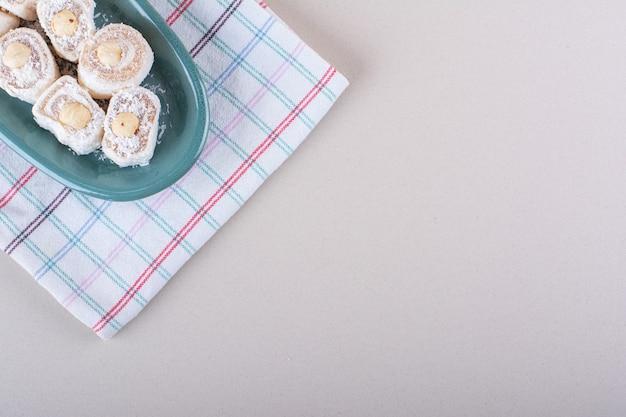 Placa azul de sobremesa lokum doce em fundo de mármore. foto de alta qualidade