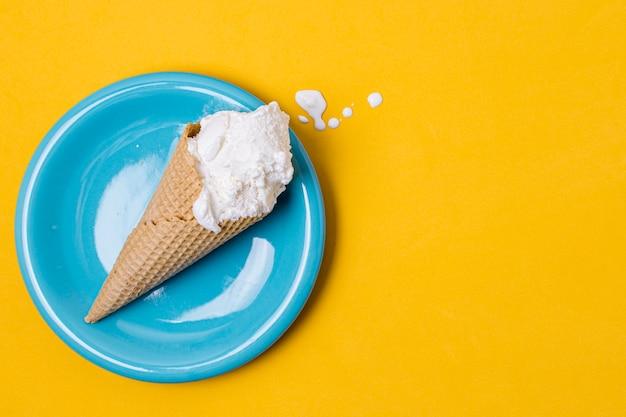 Placa azul e sorvete de baunilha branco com espaço de cópia