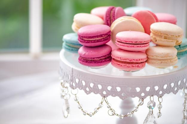 Placa branca com marshmallow, macarons closeup