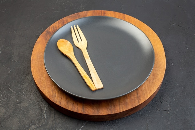 Placa cinza de vista frontal na superfície escura da placa de corte de madeira