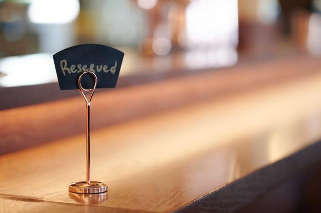 Placa com a inscrição reservada no balcão do bar do restaurante