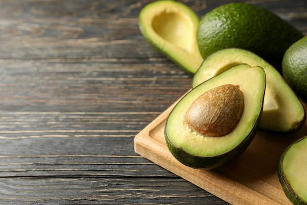 Placa com abacate na mesa de madeira, close-up