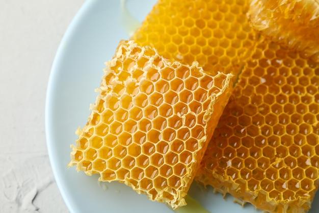 Placa com favos de mel no fundo branco