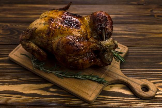 Placa com frango e alecrim