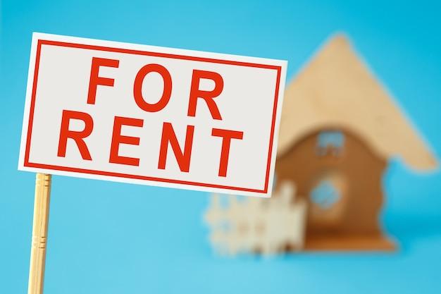 Placa com o texto para alugar em um brinquedo de casa