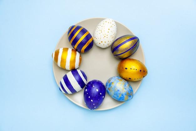 Placa com ovos da páscoa na moda colorido clássico azul
