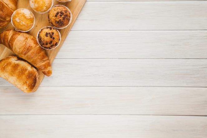 Placa com pastelaria para café da manhã