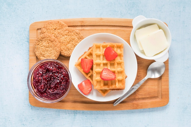 Placa com waffles e frutas no café da manhã