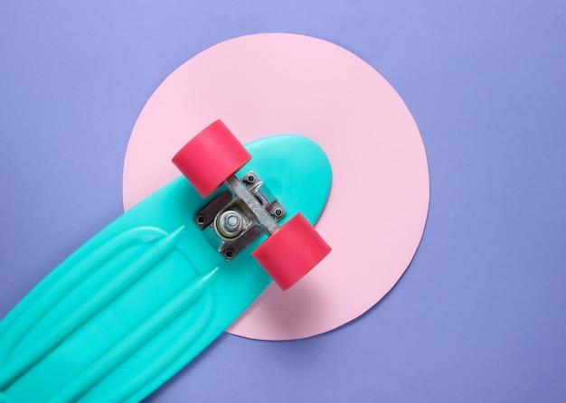Placa cruzadora no meio do fundo roxo com um círculo rosa pastel. conceito de juventude hipster. diversão de verão.