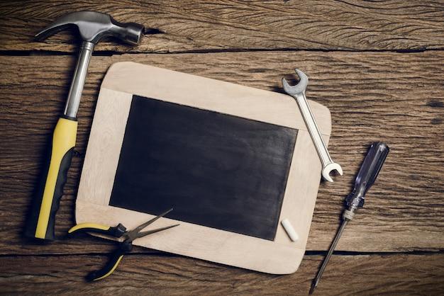 Placa de ardósia e ferramenta de mão