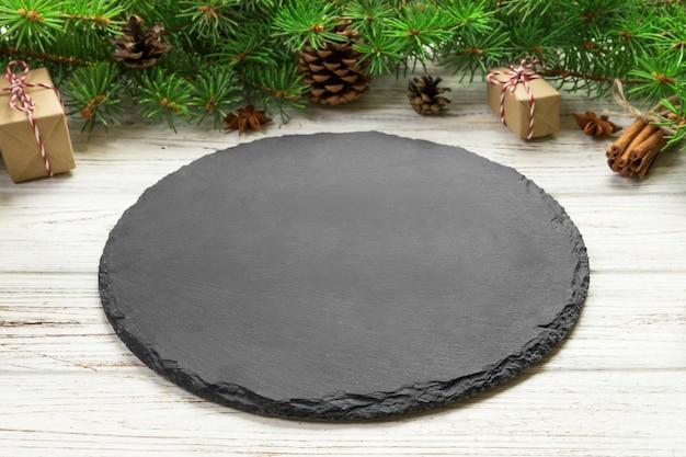 Placa de ardósia preta vazia no natal