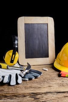 Placa de ardósia, roupas de proteção e ferramenta de mão