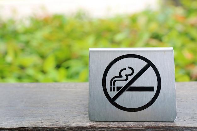 Placa de área de não fumantes no restaurante ao ar livre ou no parque público