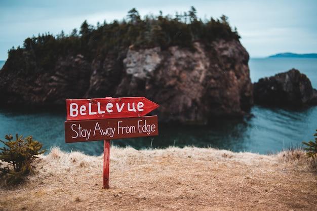 Placa de aviso de madeira ao lado da borda