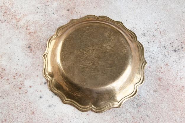 Placa de bronze vintage em concreto.
